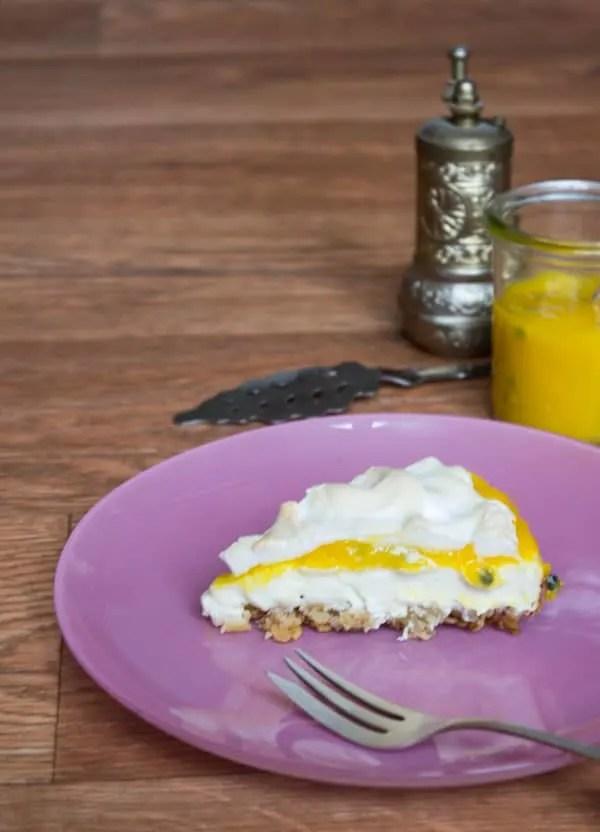 Mango-Passionfruit-Cheesecake. Super cremig und fruchtig, dabei aber weniger Kalorien. www.einepriselecker.de