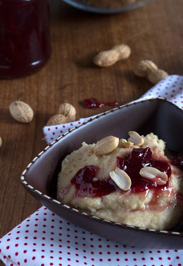 Erdnussgriessbrei mit Kirschmarmelade - mega lecker, schnell gemacht, gesund und proteinreich. www.einepriselecker.de