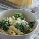 Nudelauflauf mit Brokkoli und Parmesansauce, leicht, ohne Ei, schnell gemacht und kalorienarm. www.einepriselecker.de