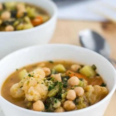 Leichtes rotes Curry mit Kartoffeln und Kichererbsen