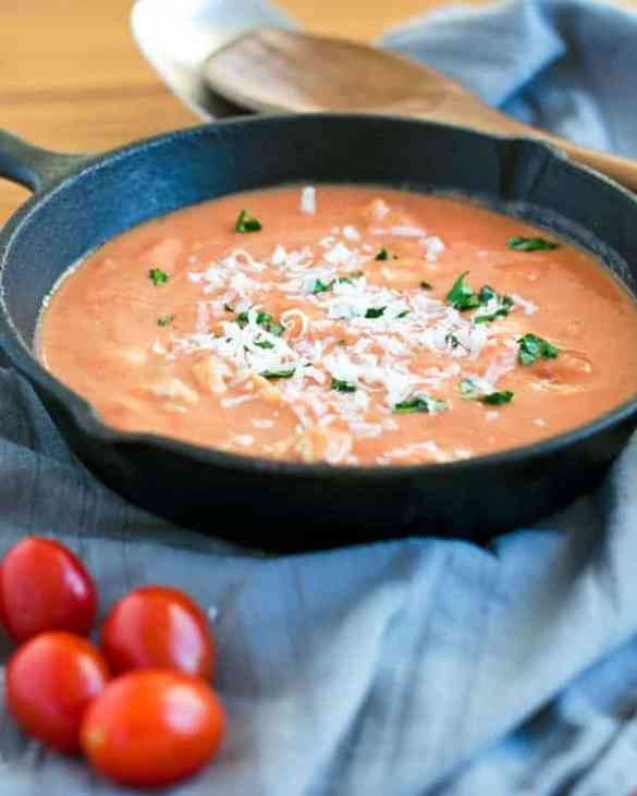 Sauce alla Vodka with chicken. Creamy, aromatic and a tiny hinge of sweetness. recipe also in english. www.einepriselecker.de