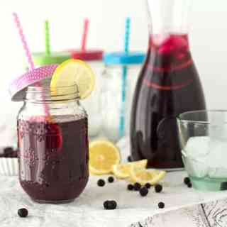 blueberry ice tea with jasmine and lemon. Eistee mit Blaubeeren, Jasmin und Zitrone. Recipe also in english!