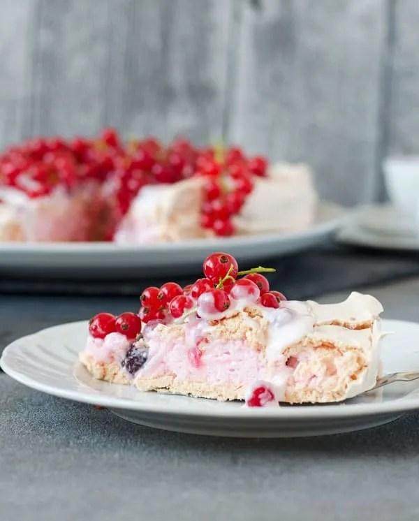Cranberry-Pavlova mit Johannesbeercreme. Süß, fruchtig, frisch. Mit einer leichten Säure durch die Beeren. Recipe also in english!