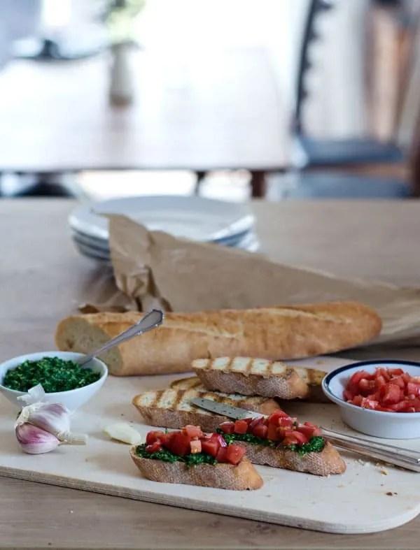 Bruschetta mit Tomaten und kalorienreduziertem Spinatpesto. Einfach gemacht, lecker und würzig.