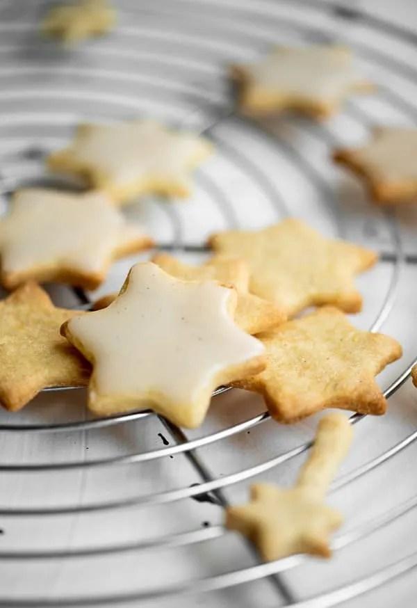 Zarte Vanille-Zitronen-Sterne mit Vanille-Zuckerguss in Großaufnahme