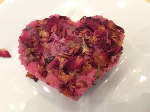Badebomben mit Rosenblättern
