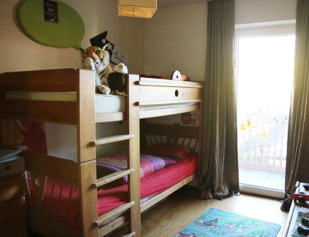 Beide Jungs haben ein Stockbett.