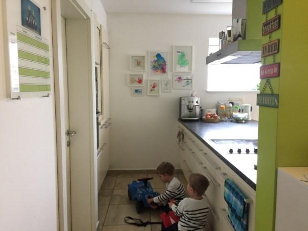 Alles in der Küche: Hier wird nicht nur organisiert, hier werden auch Wettrennen gefahren, oder Autos repariert....