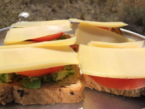 Avocado-Tomate-Kaese-Sandwich