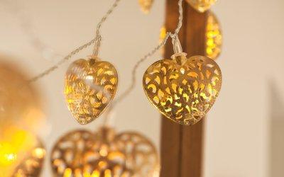 Lichterkette mit goldenen Herzen