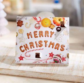 Tisch-Adventskalender mit weihnachtlichem Motiv. Mit 24 Brandt Knusperkugeln mit knusprigem Kern aus Vollkorn und umhüllt mit Vollmilchschokolade, Maße: ca. B14 x T1,6 x H12,5 cm. Zutaten: Zucker, VOLLMILCHPULVER, Kakaobutter, Kakaomasse, WEIZENVOLLKORNMEHL, Reismehl, SÜßMOLKENPULVER, LAKTOSE, WEIZENMEHL, WEIZENSTÄRKE, MAGERMILCHPULVER, Fruktose, Emulgator: SOJA-LECITHIN, Überzugsmittel: Gummi arabicum; Kakaopulver, stark entölt, Salz, natürliches Aroma, natürliches Vanillearoma. Nährwertangaben: Energie 2078 kJ/496 kcal; Fett 23,6g, davon gesättigte Fettsäuren 14,6g; Kohlenhydrate 62,3g, davon Zucker 48,5g; Eiweiß 7,2g; Salz 0,36g. Allergiehinweis: Kann Spuren von anderem glutenhaltigen Getreide und Schalenfrüchten enthalten<br>