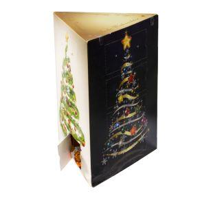 Der Adventskalender mit drei Seiten zum Hinstellen. Jede Seite ist bedruckt mit einem tollen Tannenbaumdesign. Gefüllt mit 24 Ferrero Classic Küsschen, Maße: ca. B15 x T12 x H20,5 cm, Gewicht: ca. 0,3 kg. Zutaten: MILCHSCHOKOLADE 31 % (Zucker, Kakaomasse, Kakaobutter,VOLLMILCHPULVER, BUTTERREINFETT, Emulgator Lecithine (SOJA), Vanillin), HASELNÜSSE (26,5 %), Halbbitterschokolade 15 % (Zucker, Kakaomasse, Kakaobutter, Emulgator Lecithine (SOJA), Vanillin), Palmöl, Zucker, eiweißangereichertes MOLKENPULVER, fettarmer Kakao, Vanillin. Nährwertangaben: Brennwert 2614 kJ (630 kcal); Fett 47,3g, davon gesättigte Fettsäuren 19,5g; Kohlenhydrate 40,3g, davon Zucker 39,3g; Eiweiß 8,3g; Salz 0,15g. Allergiehinweis: Kann Spuren von Gluten und Mandeln erhalten.<br>