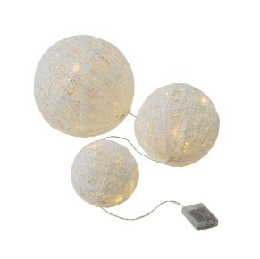 Kugelset in geflochtener Optik mit LEDs in warmweiß. Nur für den Innenbereich geeignet, Farbtemperatur: Warmweiß, Batterien: je 3 x 1,5 V Mignonbatterien (nicht inkl.) , Maße: Ø 15 cm mit 5 LEDs, Ø 20 cm mit 10 LEDs, Ø 25 cm mit 15 LEDs, Gewicht: ca. 1,2 kg.<br>