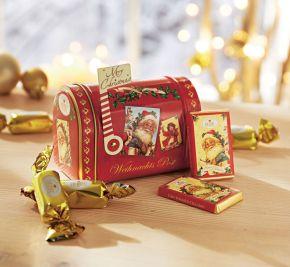 Briefkasten im amerikanischen Stil aus Metall, gefüllt mit Süßwaren. 95g Edel-Vollmilch-Chocoladen-Täfelchen (Kakao 37% mind.) und Chocopralinen (Kakao 30% mind.) mit Pralinencremefüllung (40%). Zutaten: Zucker, Kakaobutter, VOLLMILCHPULVER, pflanzl. Fett (Ölpalme) Kakaomasse, SÜSSMOLKENPULVER, Kakaopulver (stark entölt), BUTTERFETT, Emulgator: SOJALECITHINE, Aromen. Nährwertangaben: Energie 2370 kJ/566 kcal, Eiweiß 5,0g, Kohlenhydrate 53g davon Zucker 53g, Fett 37g davon gesättigte Fettsäuren 21g, Salz 0,2g. Allergiehinweis: Kann Spuren von Schalenfrüchten enthalten.<br>