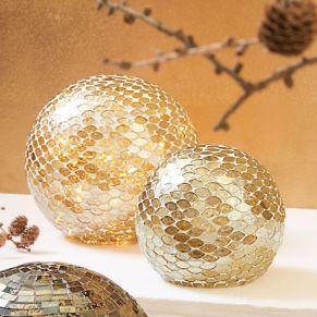 Kunstvoll gestaltete Mosaik-Glaskugeln. Beleuchtet, aber auch unbeleuchtet ein Hingucker. Maße: klein ca. L15 x B15 x H15 cm, groß ca.L20 x B20 x H20 cm, Gewicht: ca. 1 kg, Material: Glas.<br>