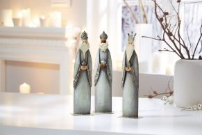 Von weit her kommen diese Heiligen Drei Könige um das Weihnachtsfest zu feiern. Maße: je ca. B8,5 x T5,5 x H32 cm, Gewicht: ca. 0,6 kg, Material: Metall.<br>