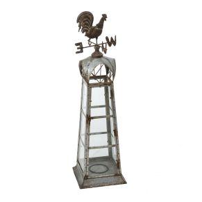 Gartenwindanzeiger Hahn. Der Artikel ist gleichzeitig ein Windanzeiger, aber auch ein dekoratives Windlicht. Geeignet für Stumpenkerzen mit einem Umfang von bis zu 10 cm, Maße: ca. L24,5 x B24,5 x H89 cm, Gewicht: ca. 3,2 kg, Material: Zink, Glas.<br>