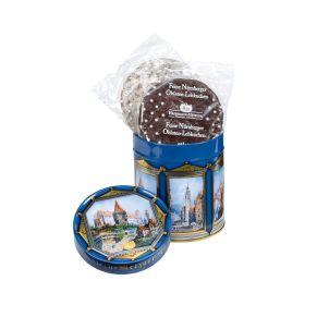 Gefüllt ist diese edle Dose mit leckeren Nürnberger Oblaten-Lebkuchen. Feine Nürnberger Oblaten-Lebkuchen, glasiert und schokoliert, bei schokolierten Lebkuchen 12% Schokolade, Maße: ca. 11 x 11 x 12,5 cm, Gewicht: ca. Inhalt Netto 300 g. Zutaten: Zucker, Ölsamen 20% (HASELNÜSSE, WALNÜSSE, MANDELN, CASHEWKERNE), WEIZENMEHL, Orangeat (Orangenschalen, Glukose-Fruktose-Sirup, Zucker), Persipan (Aprikosenkerne, Zucker, Invertzuckersirup), Glukose-Fruktose-Sirup, Backoblaten (WEIZENMEHL, Wasser), Feuchthaltemittel: Sorbit; Feigen, Kakaomasse, VOLLEIPULVER, Aprikosen, Gewürze, Apfelextrakt, Backtriebmittel: Natriumhydrogencarbonat; Kakaobutter, WEIZENSTÄRKE, BUTTERREINFETT, Kartoffelstärke, Salz, Säuerungsmittel: Citronensäure; Emulgator: SOJA-LECITHINE; Verdickungsmittel: Gummi arabicum; natürliches Aroma.. Allergiehinweis: Kann Spuren von Erdnüssen enthalten.<br>