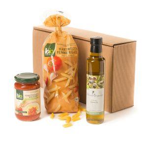 Im Schmuckkarton verpackt. Eine Packung BIO Penne Rigate Hartweizen Nudeln, 500 g, ein Glas BIO Tomatensauce Bolognese, 350 g, vegetarisch und vegan, einzigartige Kräutermischung, eine Flasche BIO Klosterkräuter Oliven-Gourmet-Öl, erste Kaltpressung, Maße: ca. 20,2 x 10 x 41 cm. Zutaten: Hartweizen-Nudeln: HARTWEIZENGRIES, Olivenöl: Olivenöl, Tomatensauce Bolognese,vegetarisch und vegan: Tomatenmark, Wasser, SOJAMEHL, WEIZENSTÄRKESIRUP, Zucker, Zwiebeln, SELLERIE, Meersalz, Gewürze, Sonnenblumenöl, HEFEFLOCKEN, Zitronensaftkonzentrat, Kräuter, Johannisbrotkernmehl. Allergiehinweis: Hartweizen-Nudeln: Kann Spuren von Ei enthalten<br>