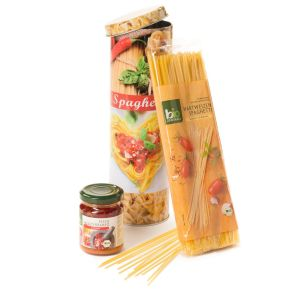 In der bedruckten Spagettidose und im Umkarton bruchsicher und versandfertig verpackt. Eine Packung BIO Hartweizen Spagetti, 500 g, der Pasta-Klassiker, zart im Biss und fein im Aroma, ein Glas Pesto Mediterraneo, 125 g, glutenfrei, feine Tomatensauce. Zutaten: Hartweizen Spaghetti: HARTWEIZENGRIES, Pesto Mediterraneo: Tomaten, Sonnenblumenöl, Olivenöl, CASHEWKERNE, HARTKÄSE, Meersalz, Knoblauch, Gewürze. Gluten-und Ei-frei.<br>