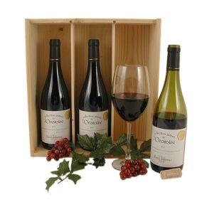 3 Flaschen Collection Privée de L´Oratorie VDP, rouge, Zweitwein von Châteauneuf du Pape, 70% Grenache, 30% Syrah. Die Weinberge werden lediglich durch eine Dorfstraße von denen des berühmten Chateauneuf du Pape getrennt. Es sind die gleichen Trauben, gleiches Klima und Bodenverhältnisse. Trotzdem wird er nur als Vin de Pays  Landwein  klassifiziert. Der Wein hat ein konzentriertes Rot mit violettem Schimmer. Sein Bukett erinnert an Himbeere und Brombeere mit leicht erdigen Nuancen. 3 Flaschen, in 3-er Holzkiste mit Schiebedeckel und im Umkarton bruchsicher und versandfertig verpackt. Zutaten: 0,75l Collektion Priveé de l&apos;Oratoire: 13,5 % vol.. Allergiehinweis: Enthält Sulfite<br>