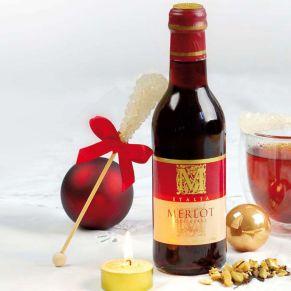In schwarzer Geschenkverpackung, rot ausgelegt. 1 Flasche Merlot 0,25l, Glühweingewürz, 1 Kandisstange, 1 Teelicht, weiß. Zutaten: Merlot 0,25l, 11,5 %vol.. Allergiehinweis: Merlot: enthält SULFITE<br>