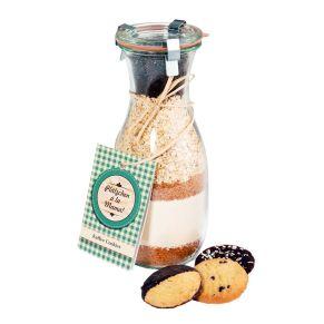1 Backmischung &apos;Plätzchen a la Mama&apos; Kaffee-Cookies, 380g (dazu benötigt man zusätzlich noch ca. 100g Butter und 1 Ei) in einem großen Weckglas. Lagerungshinweis: Bitte vor Wärmequellen schützen, Kühl und trocken lagern. Ergibt ca. 30-35 Plätzchen, mit Zubereitungsempfehlung, im Umkarton bruchsicher und versandfertig verpackt. Zutaten: WEIZENMEHL, Rohrzucker, Haferflocken, Schokoladenblättchen (Zucker, Kakaomasse (33%), Kakaobutter (8%), Emulgator: SOJALECITHIN, natürliches Vanillearoma), Kaffee gemahlen (1%), Backpulver (Backtriebmittel: E500, Säureregulatoren: E450, E341, WEIZENSTÄRKE). Allergiehinweis: Kann Spuren von Schalenfrüchte, Sesam enthalten.<br>