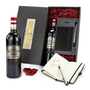 Diese exklusive Kombination besteht aus einem Lamy-Set Kugelschreiber & Notizbuch - für alle Gelegenheiten, sowie einem hochwertigen französischen Bordeaux Rotwein Château Haut-Mouleyne (0,75 l) mit Zink-Etikett - da passt das Äußere zum hochwertigen Inhalt. Da darf die Geschenkverpackung nicht weniger edel sein - deswegen haben wir eine Kartonage mit Gold-Silber-Prägung gewählt. Maße: ca. L 43 x B 21 x H 41 cm. Zutaten: Chateau Haut-Mouleyre Bordeaux: Alk. 13% vol..<br>