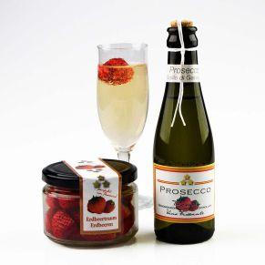 Gefriergetrocknete Premium- Erdbeeren (15 g) im Glas, 0,2 l Prosecco mit Naturkorken und Kordelverschluss. Im Geschenkkarton, Maße: ca. L21 x B19 x H65 cm. Zutaten: gefriergetrocknete Erdbeeren, Prosecco. Allergiehinweis: Prosecco: Enthält Sulfite. Erdbeeren<br>