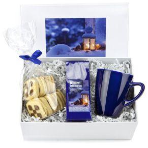 Hier ist alles drin: 50 g Winter-Früchte-Tee, 200 g Schwarz-Weiß-Gebäck und eine kräftig blaue Teetasse. In weißem Geschenkkarton mit Motivaufkleber, Maße: ca. L28 x B18,5 x H12,5 cm, Gewicht: ca. 1,05 kg. Zutaten: Winter Früchtetee: Getrocknete Apfelstücke, Hibiscus, Hagebutte, Orangenschalen, Papayastücke(Papaya, Zucker), Zimt, Aroma. , Buttergebäck: WEIZENMEHL, 26% BUTTER, Puderzucker, Marzipan (MANDELN, Zucker, Wasser, Invertzuckersirup), VOLLEI, Kakaopulver star. Nährwertangaben: Buttergebäck: Brennwert 2145 kJ (512 kcal); Fett 28,9g, davon gesättigte Fettsäuren 16g; Kohlenhydrate 53g, davon Zucker 15,7g; Eiweiß 6,2g; Salz 0,3g. Allergiehinweis: Enthält Glutenhaltige Getreide, Milch, Lactose, Eier und Soja. Kann Spuren von Nüssen und Sesam enthalten.<br>