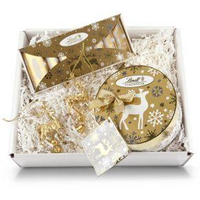 Lindt-Goldstücke (130 g Täfelchen) und 140 g Kugeln in einer runden Schmuckdose mit Grußkärtchen Dazu 2 goldene Rentieranhänger ein wunderschönes Weihnachtspräsent im weißen Geschenkkarton mit Rentierdruck. Maße: ca. L27,5 x B22 x H65 cm. Nährwertangaben: Goldstücke Täfelchen: Brennwert 2419 kJ (578 kcal); Fett 38g, davon gesättigte Fettsäuren 19g; Kohlenhydrate 52g, davon Zucker 50g; Eiweiß 6,3g; Salz 0,12g, , Goldstücke Rundschachtel: Brennwert 2396 kJ (572 kcal); Fett 38g, davon gesättigte Fettsäuren 21g; Kohlenhydrate 50g, davon Zucker 49g; Eiweiß 7,1g; Salz 0,47g.<br>