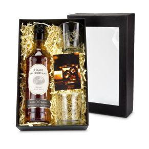 Mit einem edlen Whisky kann ein Abend gut beginnen. Ein tolles Präsent für Geschäftspartner. Eine 0,7 l Flasche Whisky Heart of Scotland, 2 Whiskygläser, ein stimmungsvolles Info-Kärtchen, in einem Geschenkkarton, Maße: ca. B20 x T8,7 x H32 cm, Gewicht: ca. 2,3 kg. Zutaten: Whisky Heart of Scotland Alkohol: 40% vol..<br>