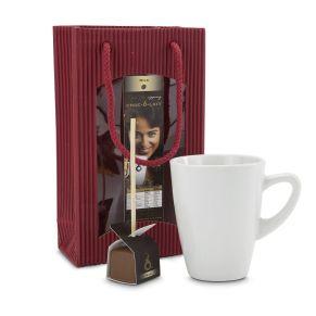 Eine nette Aufmerksamkeit für alle, die heiße Schokolade lieben: die Tasse mit frisch gekochter heißer Milch füllen, den Schokostick eintauchen, aufrühren & genießen. Verpackt in Geschenktüte, Maße: ca. L 13 x B 6,5 x H 22 cm. Zutaten: Choc-o-lait Stick milk: Zucker, Butterreinfett, Kakaomasse, Kakaobutter, Vollmilchpulver, Emulgator: Sojalecithin, natürliche Vanille. Zartbitterschokolade mindestens 55% Kakao, Milchschokolade mindestens 25% Kakao.. Nährwertangaben: Brennwert: 2480 kJ (592 kcal); Fett 44,3g, davon gesättigte Fettsäuren 28,2g; Kohlenhydrate 44,1g, davon Zucker 42g; Ballaststoffe 4,3g; Eiweiß 4,1g; Salz 14,8g. Allergiehinweis: Enthält Milch, Lactose und Soja. Kann Spuren von Haselnüssen und Weizen enthalten.<br>