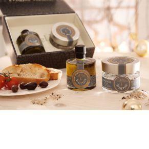 Ein Muss für die Gourmetküche. Zwei edle Gewürze für den besonderen Geschmack. 100 ml Trüffelöl, 100 g getrüffeltes Meersalz, Gewicht: ca. 0,8 kg. Zutaten: getrüffeltes Meersalz: 96,5% Salz, 2,5% Sommertrüffel (Tuber aestivum), Aroma, Trüffelöl: 97% Natives Olivenöl extra, 0,5% Sommertrüffel (Tuber aestivum), Aroma. Nährwertangaben: Olivenöl mit dem Aroma Schwarzer Trüffel: Brennwert 3378 kJ/522 kcal; Fett 91,3g, davon gesättigte Fettsäuren 14g; Kohlenhydrate 0g, davon Zucker 0g; Eiweiß 0g; Salz 0g., , getrüffeltes Meersalz: Brennwert 0kJ/0kcal; Fett 0g, davon gesättigte Fettsäuren 0g; Kohlenhydrate 0g, davon Zucker 0g; Eiweiß 0g; Salz 100g..<br>