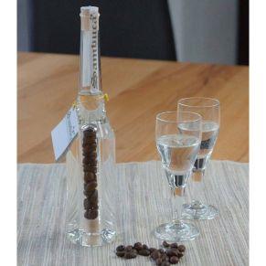 Ca. 160 ml Sambuca 49 % vol. in der handgearbeiteten Flasche mit Kaffeebohnen im Innenzylinder. Inklusive zwei Gläser, im schwarzen Präsentkarton.<br>