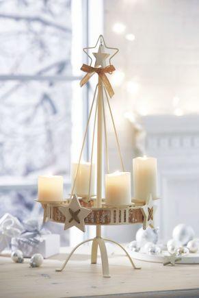 Dekorativer Kerzenständer mit Dekoband und kleinen Sternen aus Holz verziert. Dieser Kerzenhalter ist eine schöne Alternative zum klassischen Adventskranz. Ideal geeignet für die Deko zur Adventszeit, Maße: ca. L33 x B33 x H57 cm, Kerzenaufnahme ca. 8 cm Ø, Gewicht: ca. 0,8 kg, Material: Metall.<br>