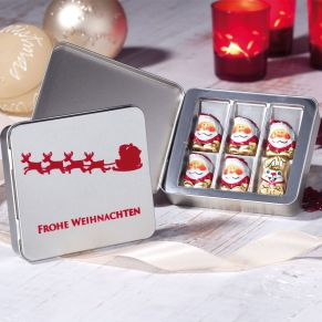 Präsentdose mit 6 kleinen Schoko-Naps (5 Weihnachts- und 1 Oster-Nap) à 5 g aus Edelvollmilchschokolade. Die Dose Merry Christmas ist mit einem weihnachtlichen Farbdruck veredelt, die Dose Santa! ist mit einer edlen Beflockung versehen. Zutaten: Zucker, Kakaobutter, VOLLMILCHPULVER (18%), Kakaomasse, SAHNEPULVER (5%), HASELNUSSMASSE, Emulgator: Sonnenblumen-Lecithine, Vanilleextrakt, Salz. Allergiehinweis: Kann Spuren von Mandeln, Gluten und Soja enthalten<br>