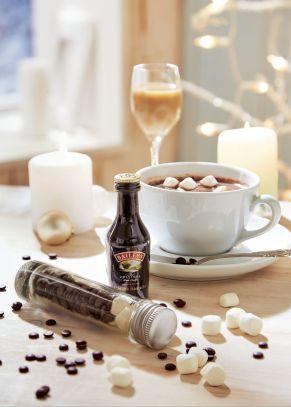 Die heiße Schokolade ist der Klassiker zur Weihnachtszeit. Doch dieses Set bietet noch mehr. Zart schmelzende Schoko-Drops und Marshmallows in einem Reagenzglas ähnlichem Fläschchen, ein kleines Fläschchen Baileys, Gewicht: ca. 0,4 kg. Zutaten: Bailey&apos;s Irish Cream 17% mit Aroma Koffein, mit Emuglatoren E471, mit Säureregulator (E331), enthält MILCH, Schokolade: Kakaomasse, Zucker, Kakaobutter, Emulgator: SOJALECITHIN, natürliches Vanillearoma, Marshmallows: Zucker, Gelatine, Vanille. Nährwertangaben: Baileys: Energie 1369,1 kJ (327kcal); Fett 13g, davon gesättigte Fettsäuren 0g; Kohlenhydrate 25g, davon Zucker 0g; Eiweiß 3g; Salz 0g, , Kakaomischung: Energie 2153,27kJ (512,73 kcal); Fett 35,46g, davon gesättigte Fettsäuren 23,64g; Kohlenhydrate 43,64g, davon Zucker 40,91g; Eiweiß 3,64g; Salz 0,01g.<br>