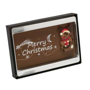 Vollmilchschokolade dekoriert mit weihnachtlichem Motiv aus Vollmilchschokolade und Dekormasse. Verpackt im Kunststoff-Blister mit Klarsichtdeckel. Zutaten: Vollmilchschokolade (Kakao: 35% mindestens), dekoriert. Zutaten: Zucker, Kakaobutter, VOLLMILCHPULVER (17,5%), Kakaomasse, SAHNEPULVER, Emulgator: SOJALECITHIN, Vanille-Extrakt, Farbstoff in der Dekormasse: E120, E160c, E171, E172. Nährwertangaben: Energie 2428 kJ / 583 kcal; Fett 38,0 g, davon gesättigte Fettsäuren 23,0 g; Kohlenhydrate 52,0 g, davon Zucker 52,0 g; Eiweiß 6,2 g; Salz 0,18 g. Allergiehinweis: Kann Spuren von Haselnüssen und anderen Schalenfrüchten enthalten.<br>