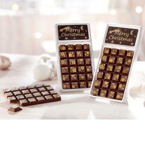 30 g Riegelschokolade, die an 24 Tagen im Dezember jeden Tag bis Weihnachten vernascht werden kann. Vollmilchschokolade mit 35% Kakao, verziert mit kleinen goldenen Sternen, Maße: ca. B6,4 x T1 x H13 cm. Zutaten: Vollmilchschokolade (Kakao: 35% mindestens), dekoriert. Zutaten: Zucker, Kakaobutter, VOLLMILCHPULVER (17,5%), Kakaomasse, SAHNEPULVER, Emulgator: SOJALECITHIN, Farbstoff in der Dekormasse: E100, E171. Nährwertangaben: Energie 2428 kJ (583 kcal); Fett 38,0 g, davon gesättigte Fettsäuren 23,0 g; Kohlenhydrate 52,0 g, davon Zucker 52,0 g; Eiweiß 6,2 g; Salz 0,18 g. Allergiehinweis: Kann Spuren von Haselnüssen und Mandeln enthalten.<br>