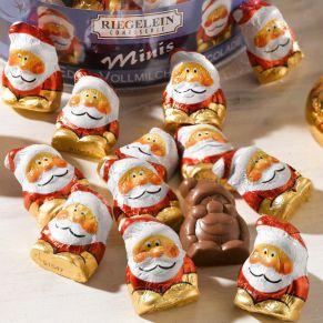 80 Schokoladenweihnachtsmänner aus Edelvollmilchschokolade der Fa. Riegelein, verpackt in einer Runddose. Gewicht je ca. 5 g. Edel-Vollmilch-Schokolade (Kakao: 33% mindestens), Maße: Dose ca. 6,7 cm hoch, 12,3 cm Ø, Gewicht: ca. 0,4 kg. Zutaten: Zucker, Kakaobutter, VOLLMILCHPULVER, Kakaomasse, Emulgator: SOJALECITHINE, natürlicher Vanilleextrakt. Allergiehinweis: Kann Spuren von Haselnüssen und Erdnüssen enthalten.<br>