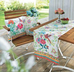 Fröhlich bunter Tischläufer in sommerlichen Farben. Bunte Blüten im All-Over Print mit hochwertig gestickten Elementen, Maße: ca. 40 x 150 cm, Material: 100% Baumwolle.<br>