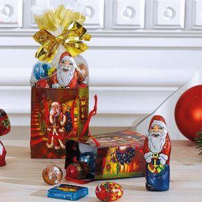 Niedliche Weihnachts-Präsenttüten, gefüllt mit Weihnachtssüßwaren. Je Tüte 50 g, 1 Weihnachtsmann 12,5 g, 1 Weihnachts-Eiskonfekt-Täfelchen, 2 Zapfen mit Pralinenfüllung, 2 Vollmilchschokokugeln mit Milchcreme- und Kakaocreme-Füllung, Maße: je ca. B6,5 x T3,5 x H8 cm, Gewicht: ca. 0,7 kg. Zutaten: Zucker, pflanzliches Fett (Palm, Palmkern, Kokos), VOLLMILCHPULVER, MAGERMILCHPULVER, Kakaobutter, SÜSSMOLKENPULVER, Kakaomasse, Kakaopulver, Emulgator: Sonnenblumenlecithine, SOJALECITHINE, E476; HASELNUSSMARK, fettarmes Kakaopulver, natürliches Aroma, Vanille-Extrakt, LAKTOSE, MOLKENPULVER, Praliné (HASELNUSSMARK, Zucker), SOJAMEHL, Reismehl, WEIZENMEHL, WEIZENGLUTEN, WEIZENMALZ, WEIZENDEXTROSE, Salz, Aromen. Allergiehinweis: Kann Spuren enthalten von: anderen SCHALENFRÜCHTE und EIER!<br>
