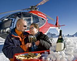 Ganz schoen abgehoben: Auf dieses Champagnerfruehstueck auf dem Gletscher fliegen selbst die obersten Zehntausend.