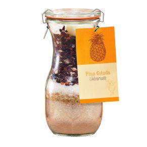 Das macht Spaß und schmeckt. Die Liköransatzmischung im original Weck-Glas mit 0,7l Wodka übergießen und für die volle Intensität mehrere Wochen ziehen lassen , gelegentlich umrühren, so dass sich der Zucker besser auflöst , final abseihen und genießen, Gewicht: ca. 0,3 kg. Zutaten: Bratapfel: Rohrzucker, Kandis, Zucker, Apfelstücke, Zimtstange, Sternanis, Vitamin C (Ascorbinsäure), Aroma, , Kirschglühwein: Rohrzucker, Kandis, Zucker, Apfelbestandteile, Hibiskusblüten, Apfelstücke, Zimt, Hagebuttenschalen, Kirschen, Aroma, , Orange-gebrannte Mandel: Rohrzucker, Kandis, Zucker, Orangenschale, gebrannte Mandeln, Aroma, , , , Pina Colada: Rohrzucker, Kandis, Zucker, Ananasstücke, Hibiskusblüten, Hagebuttenschalen, Kokosraspeln, Zitronenschale, Aroma, , Caipirinha: Rohrzucker, Kandis, Zucker, Apfelstücke, Limette, Vitamin C, Zitronenschale, Aroma. Nährwertangaben: Brennwert 1693 kJ (398 kcal); Fett 0g, davon gesättigte Fettsäuren 0g; Kohlenhydrate 99,5g; davon Zucker 99,5g; Eiweiß 0g; Salz 0g.