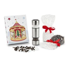 Salz & Pfeffer im Miniformat. Klein, fein und immer griffbereit – die Mühle mit zwei getrennten keramischen Mahlwerken für Salz und Pfeffer ist direkt kombiniert mit je einem Tütchen Salz (ca. 80 g) und Pfeffer (ca. 50 g) – einfach einfüllen und auf den Tisch stellen. Verpackt im Geschenkkarton, Maße: ca. L13,5 x B10,5 x H10,5 cm. Zutaten: Meersalz grob, Pfeffer schwarz ganz. Allergiehinweis: Meersalsz grob & Pfeffer Kann Spuren von Senf, Sesam und Sellerie enthalten