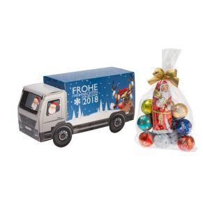 Feine Lindt Schokolade verpackt in einer weihnachtlichen Präsentverpackung. Gefüllt mit einem Lindt Weihnachtsmann und 12 Lindor Mini-Schokokugeln in verschiedenen Geschmacksrichtungen. . Zutaten: Zucker, Kakaobutter, VOLLMILCHPULVER,Kakaomasse, pflanzliches Fett (Kokosnuss, Palmkern), MILCHZUCKER, BUTTEREINFETT, MAGERMILCHPULVER, HASELNÜSSE, Emulgator (SOJALECITHIN), GERSTENMALZEXTRAKT, Aromen.. Nährwertangaben: 100g enthalten durchschnittlich: Energie 2460 kJ (591 kcal); Fett 41g, davon gesättigte Fettsäuren 27g; Kohlenhydrate 49g, davon Zucker 46g; Eiweiß 5,9g; Salz 0,13g. Allergiehinweis: Kann andere Schalenfrüchte enthalten.