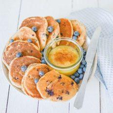 Zuckerfreie Heidelbeer Pancakes von oben fotografiert.