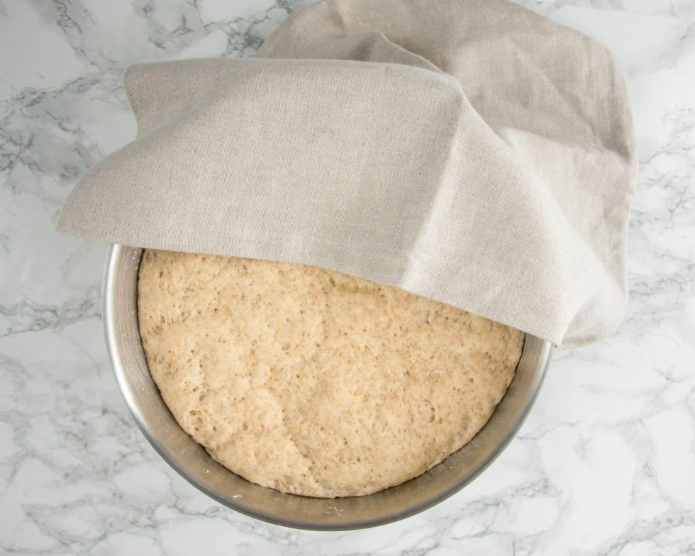 Hier wurde der Teig von dem Toast Rezept von oben fotografiert. Der Teig befindet sich in einer großen Teigschüssel und ist bereits schön aufgegangen.