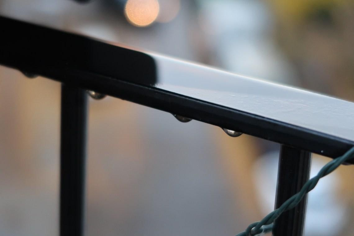 Regentropfen am Geländer